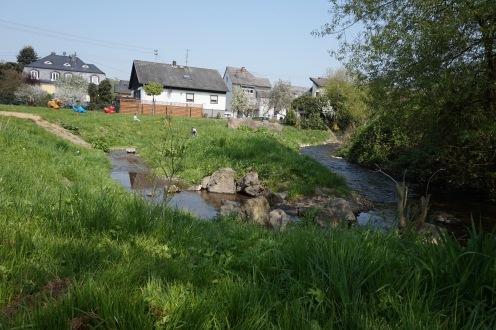 Spielplatz Brodenbach: keine Rutsche oder Schaukel, dafür Staudämme und barfuss ins Wasser